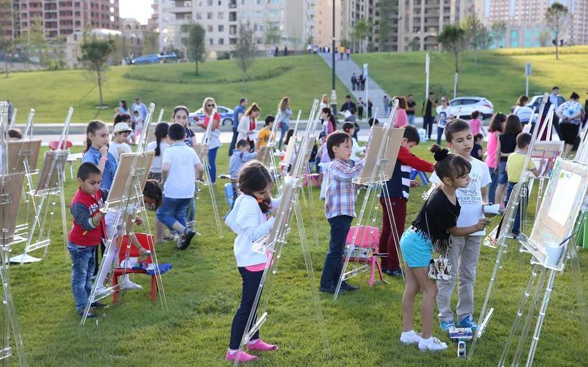 Heydər Əliyev Mərkəzinin parkında uşaqlar üçün rəsm dərsi təşkil olunub