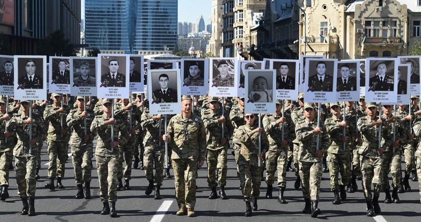 Президент Ильхам Алиев и первая леди Мехрибан Алиева приняли участие в шествии в Баку
