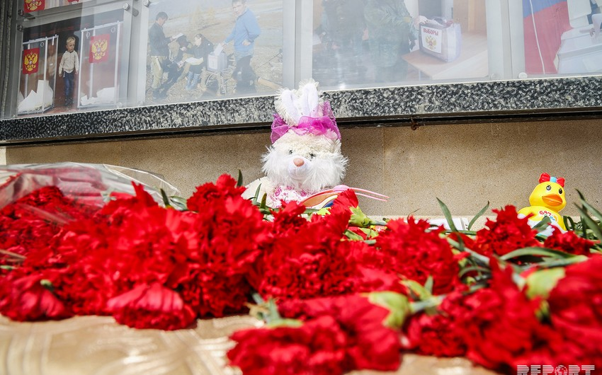 Baku residents carry flowers to Russian Embassy  PHOTOS