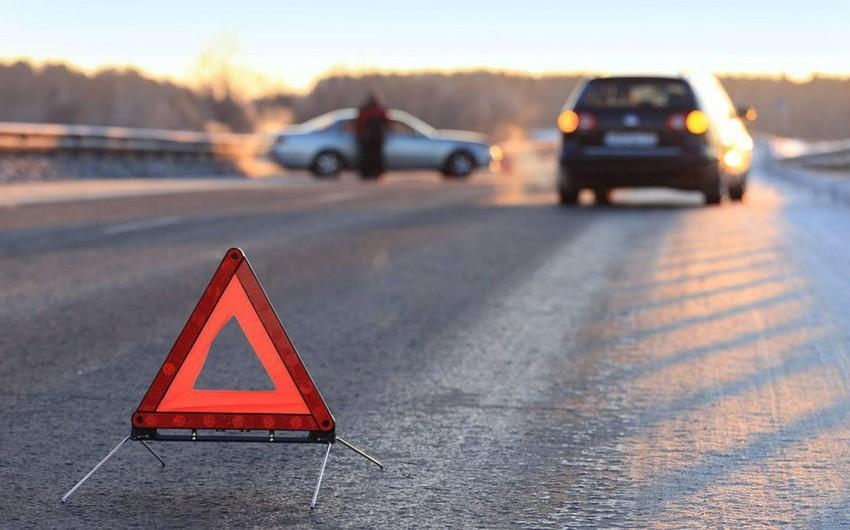Kürdəmirdə avtomobil məktəblini vurdu