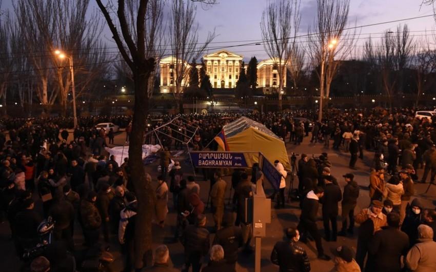 У парламента в Ереване остались ночевать почти две сотни оппозиционеров