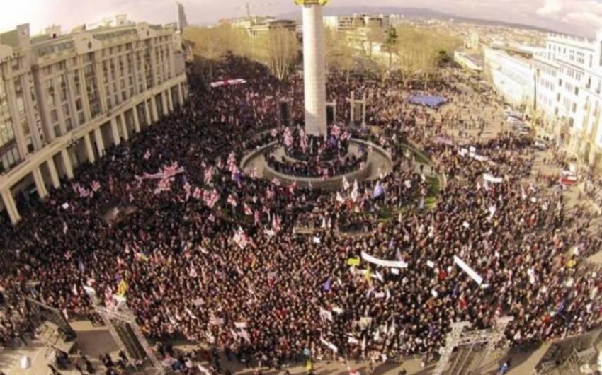 On minlərlə Saakaşvili tərəfdarı Tbilisiyə axın etdi