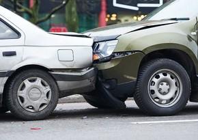 В Баку столкнулись два автомобиля, есть пострадавшая