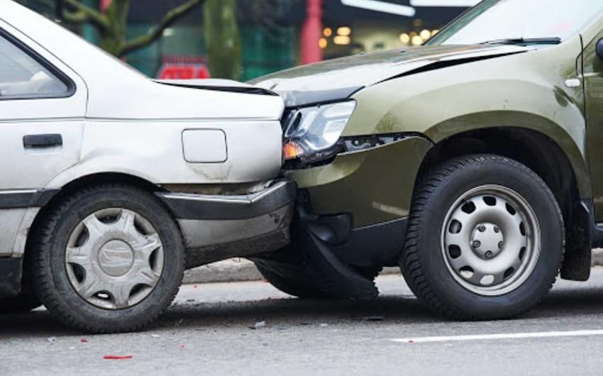 На Ясамале два автомобиля столкнулись, есть пострадавший