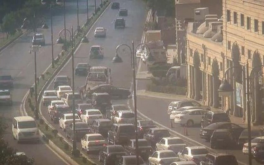 Bakının Tbilisi prospektində yol qəzası baş verib
