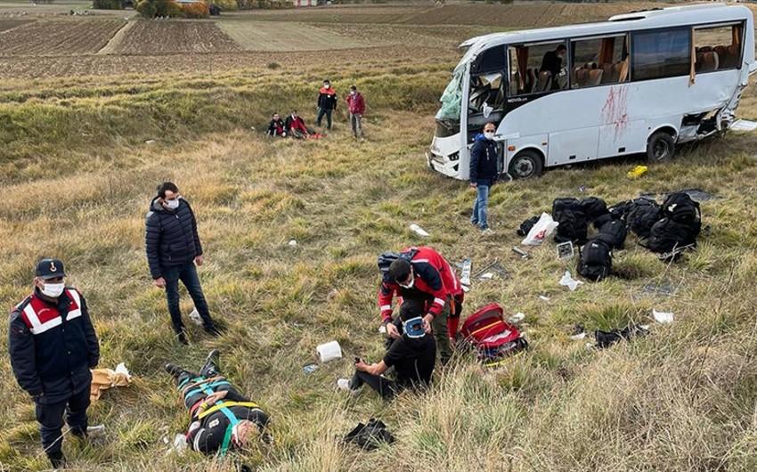 Türkiyədə yol qəzasında 12 polis əməkdaşı xəsarət alıb