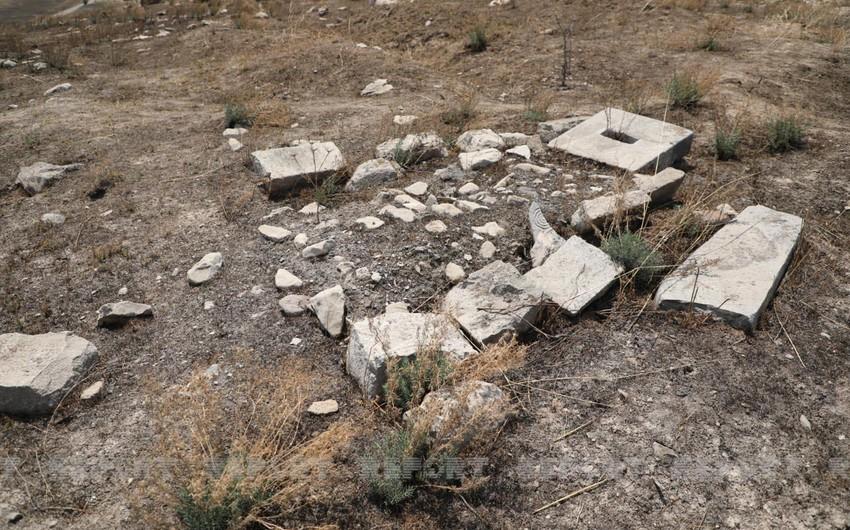 Зарубежные журналисты побывали на разрушенном армянами кладбище в Джебраиле