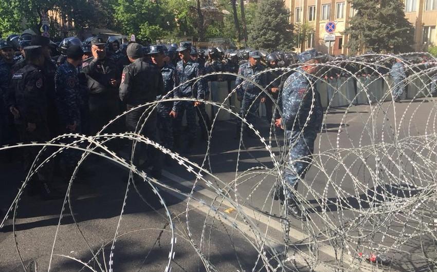 Yerevanda etirazçılar polis kordonunu aşaraq Konstitusiya Məhkəməsi binasına çatıblar