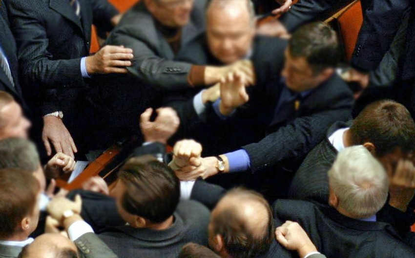 Ermənistanda hakim partiyadan deputatlığa namizədlərin tərəfdarları arasında dava düşüb