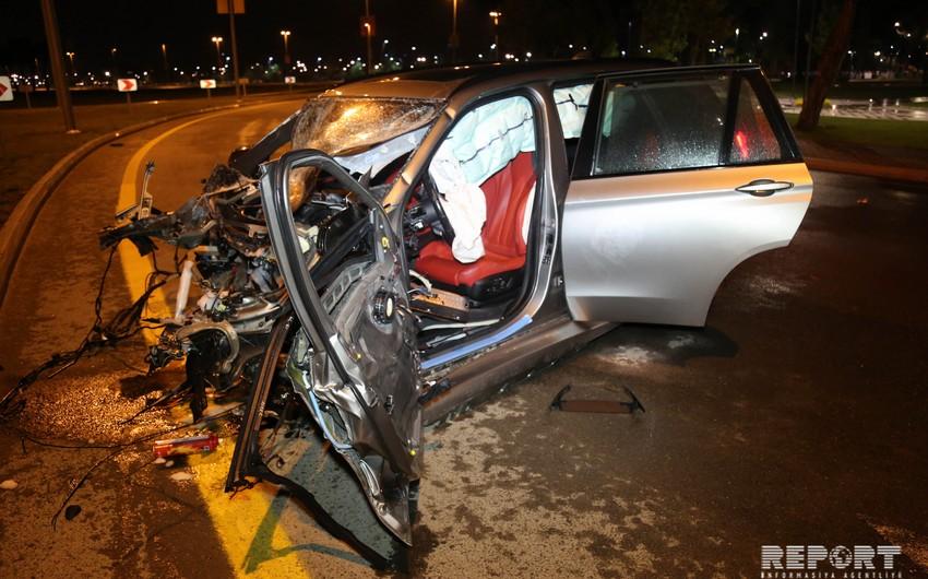 В Баку в аварию попал автомобиль, соревновавшийся в скорости, двое пострадавших - ФОТО - ВИДЕО