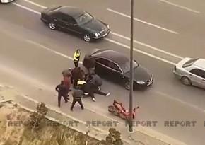 В Баку ветер отбросил мотоциклиста на автомобиль