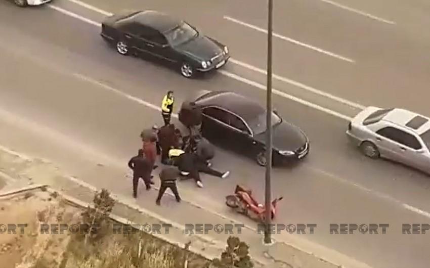 Bakıda külək motosikletçini avtomobilə çırpıb - VİDEO