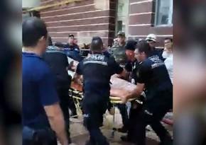 Bakıdakı yanğında polislər vətəndaşlara yardım edir - VİDEO