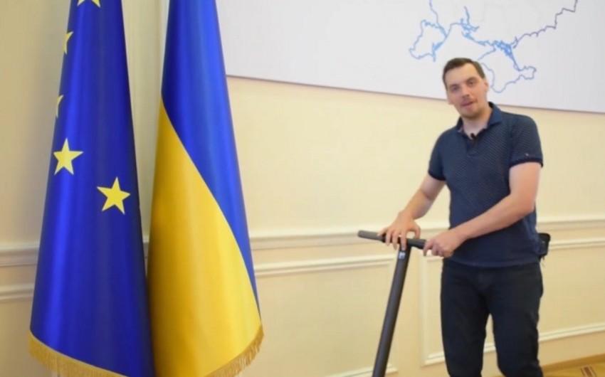 Ukraynanın baş naziri kabinetinə skuterlə gəlib - VİDEO