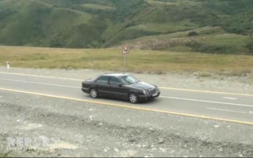 Şamaxının Dəmirçi-Lahıc yolunda maşınlar özü hərəkət edir - VİDEO