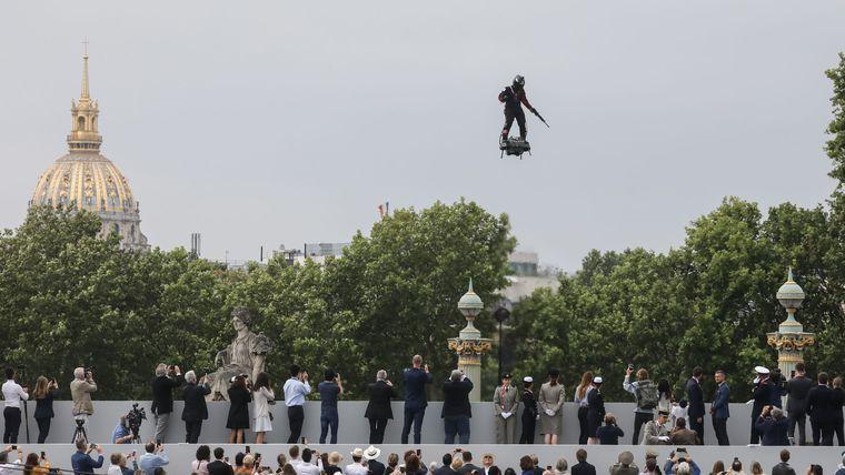 Fransada parad zamanı Uçan adamın təqdimatı olub
