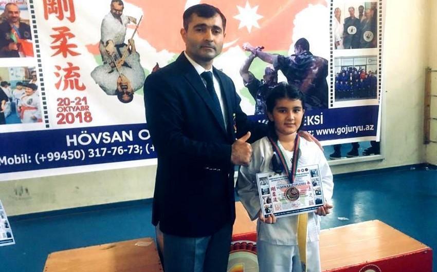 Бакинская школьница выразила протест против вывешивания азербайджанского флага под армянским на турнире в Иране