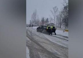 Polis yolda qalan sürücülərə kömək etdi