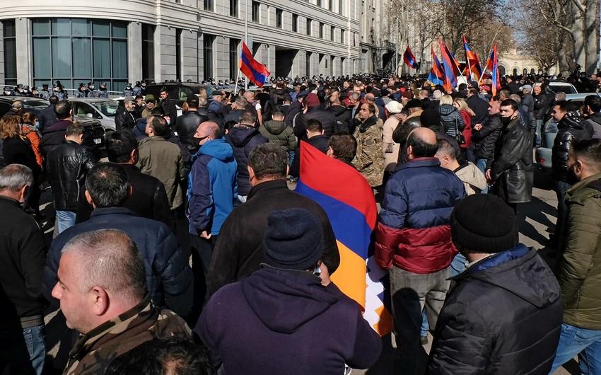 Около десяти тысяч человек участвуют в митинге оппозиции в Ереване