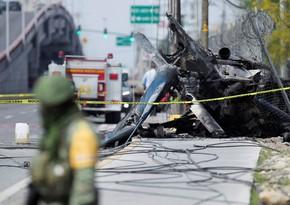В Мексике вертолет упал на шоссе, пилот погиб
