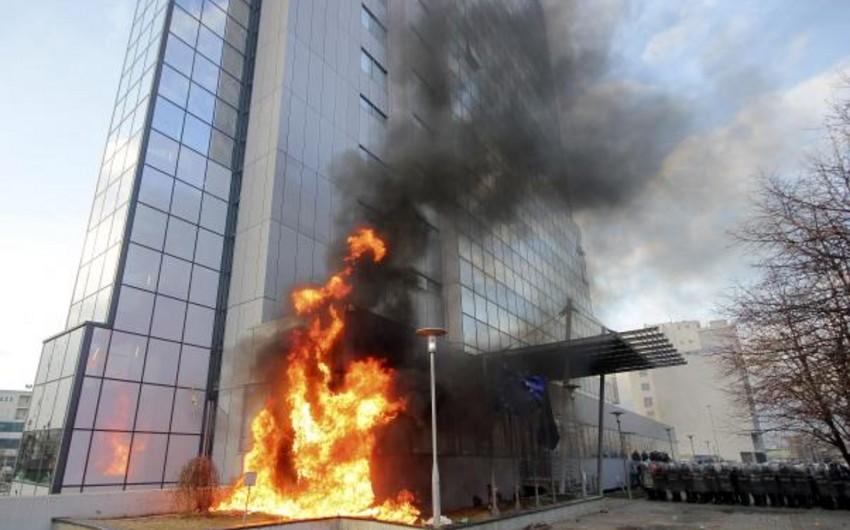 В Косове демонстранты подожгли здание правительства