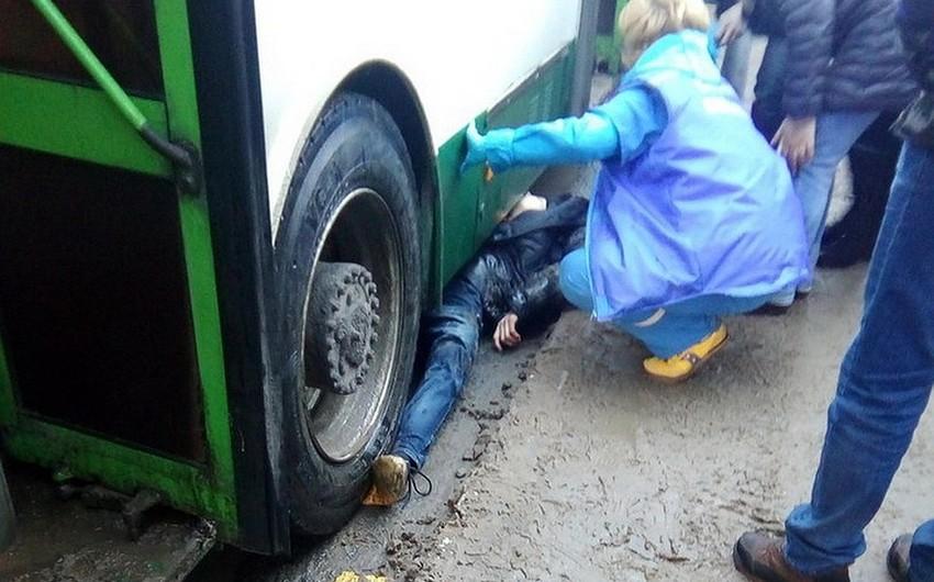 Bakıda piyada avtobusun altında qalıb