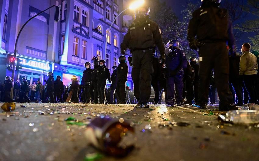 Berlində toqquşmalar zamanı yaralanan polislərin sayı 93 nəfərə çatıb
