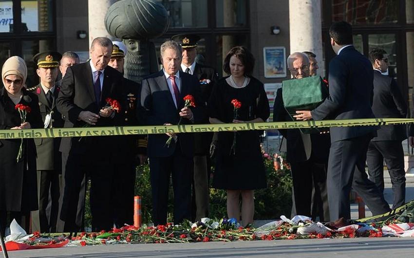 Türkiyə və Finlandiya prezidentləri Ankarada terror baş verən yeri ziyarət edib