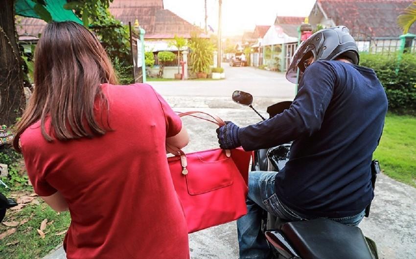 Bakıda motosikletlə qadına qarşı soyğunçuluq edildi