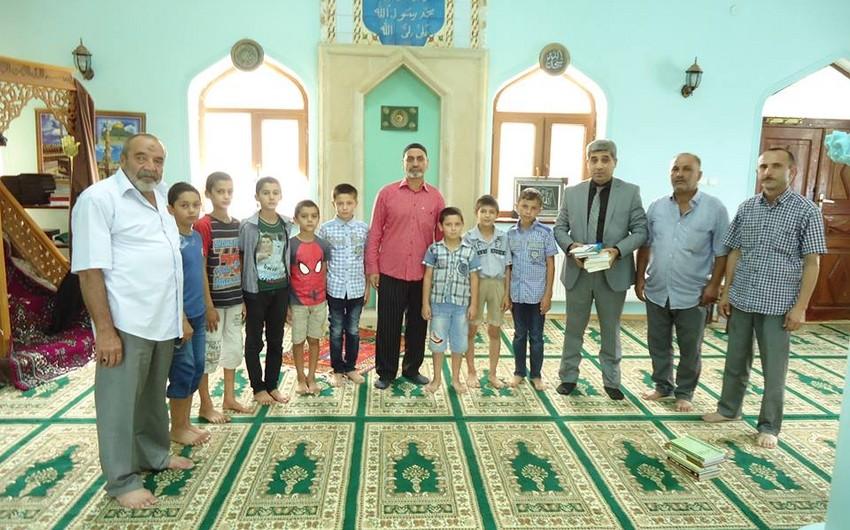 Фонд знаний подарил книги мечетям в поселках Мехтиабад и Фатмаи