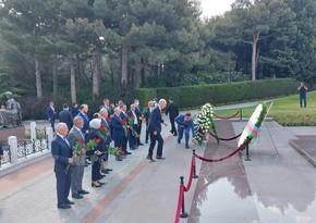 AKP rəsmiləri Fəxri xiyabanı ziyarət edib - FOTO