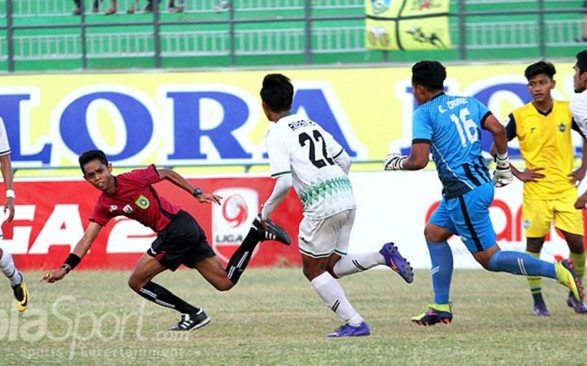 На чемпионате Индонезии главный арбитр подвергся нападению футболистов - ВИДЕО