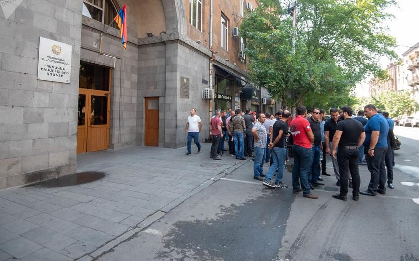 Ermənistan Dövlət Gəlirləri Komitəsinin binası qarşısında etiraz aksiyası keçirilib