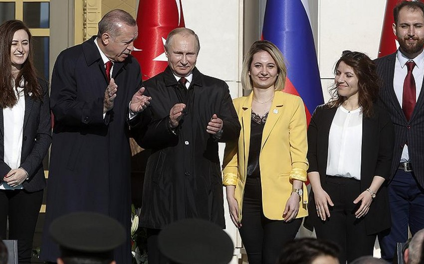 KİV: Ərdoğan Putinlə uğurlu fotosunun çəkilməsi üçün qızdan yanında dayanmasını xahiş edib - VİDEO - FOTO