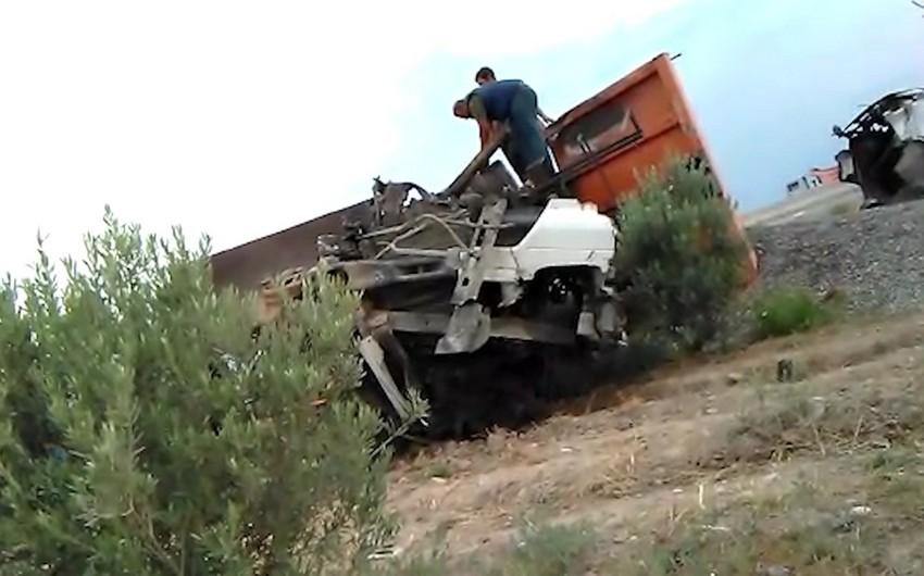 Sumqayıtda iki avtomobil toqquşub, yük ətrafa dağılıb - VİDEO