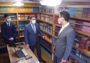 Fərid Qayıbov Səyyar kitabxananın fəaliyyəti ilə tanış olub