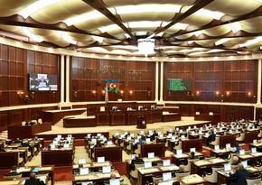 Parlament təhsil haqqı ilə bağlı məsələni qəbul etdi