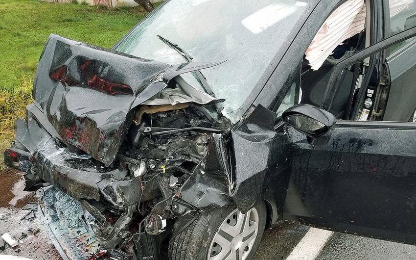 Şabranda avtomobil elektrik dirəyinə çırpılıb, sürücü ölüb
