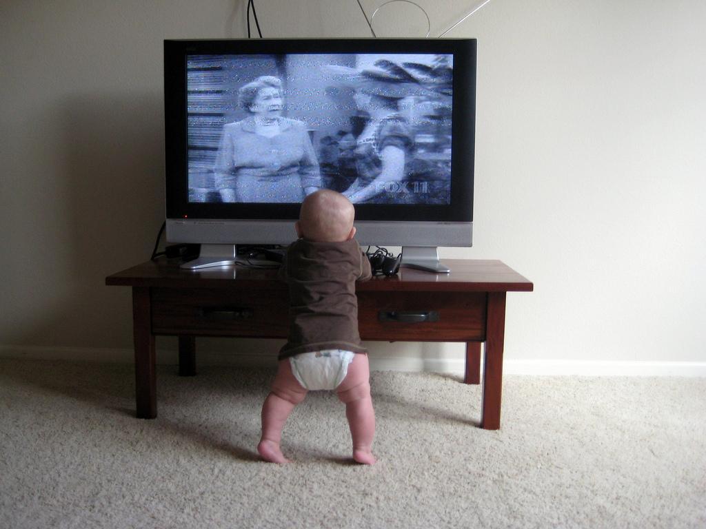 В Баку на ребенка упал телевизор