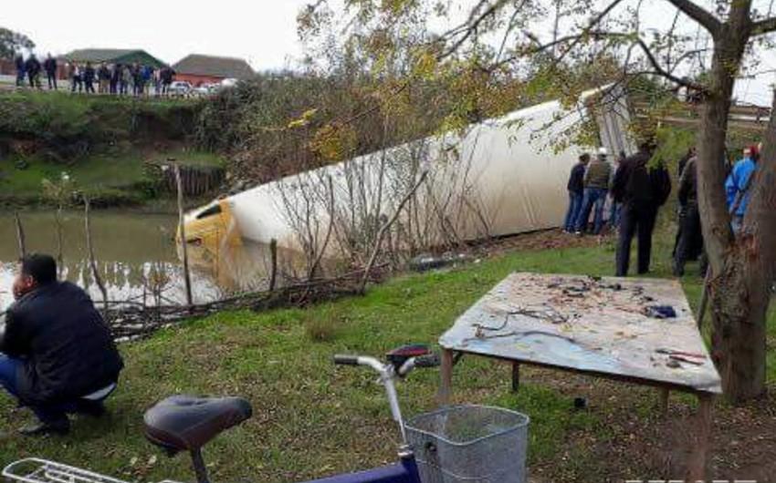 Astarada yük maşını idarəetmədən çıxaraq su kanalına düşüb - FOTO