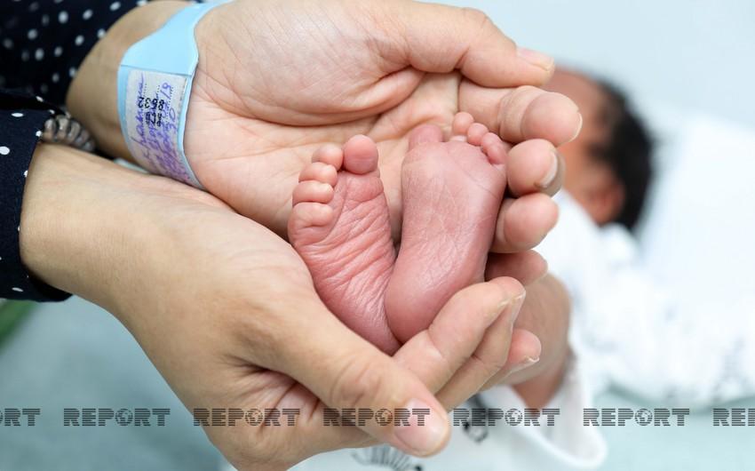 В этом году в Азербайджане родились 974 близняшек и 27 тройняшек