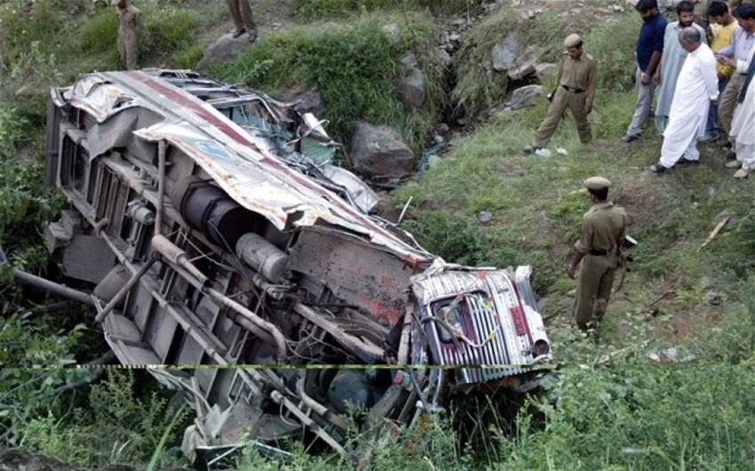Hindistanda avtobus dərəyə yuvarlanıb: sərnişinlərdən 14-ü ölüb, 30-u yaralanıb
