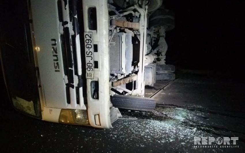 Qaxda yük və minik maşınları toqquşub, 3 nəfər yaralanıb - FOTO