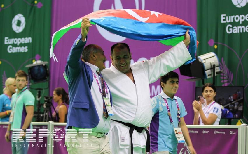 Prezident İlham Əliyev Paralimpiyaçı cüdoçu İlham Zəkiyevə qızıl medalı təqdim edib