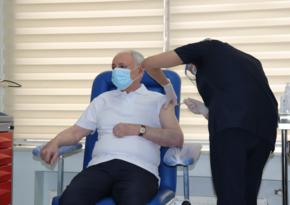 Привитый от COVID-19 министр: Вакцина достаточно безопасна