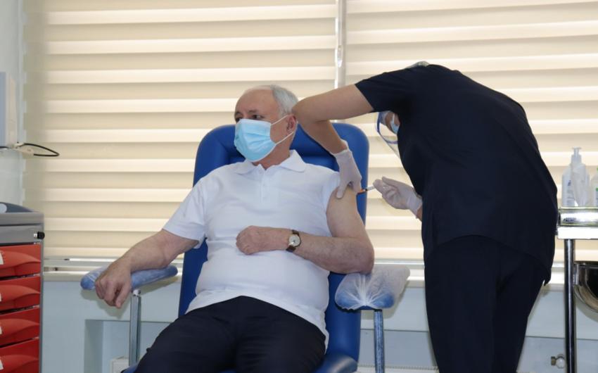 Peyvənd olunan Oqtay Şirəliyev: Vaksin kifayət qədər təhlükəsizdir