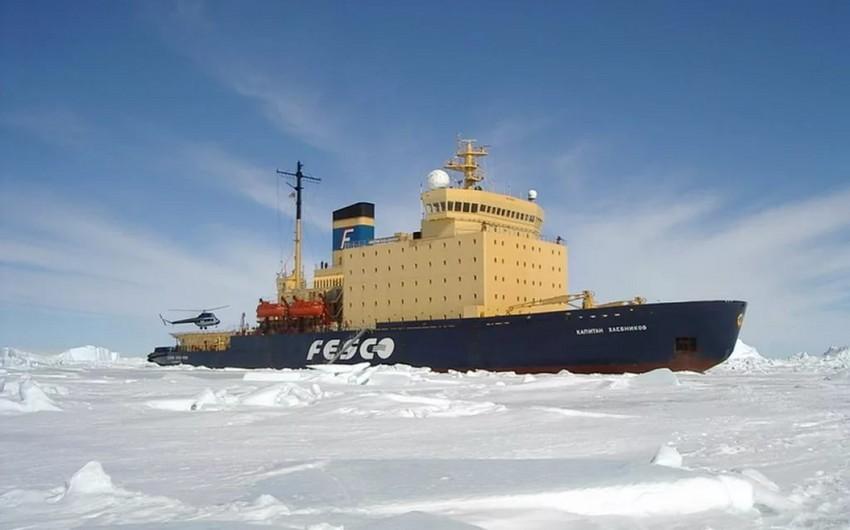 Kanadada göyərtəsində 209 sərnişinin olduğu gəmi buzluq ərazidə ilişib qalıb