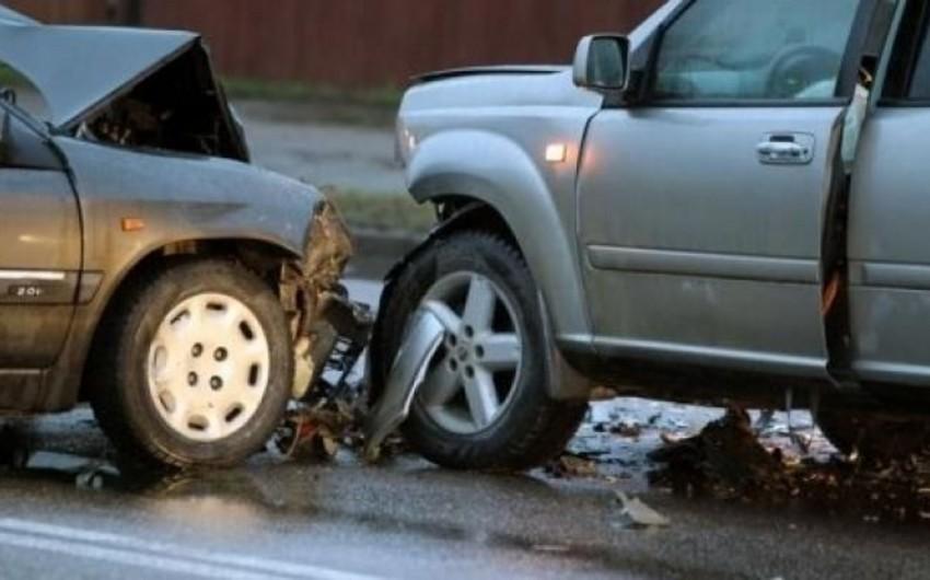 Bakıda iki avtomobil toqquşub, dörd nəfər xəsarət alıb - YENİLƏNİB