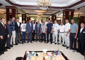 Rövnəq Abdullayev milli komanda ilə görüşüb