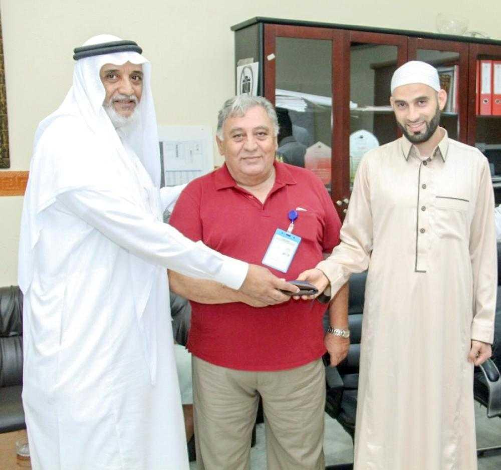 Azerbaijani pilgrim returns lost purse to its owner during Hajj
